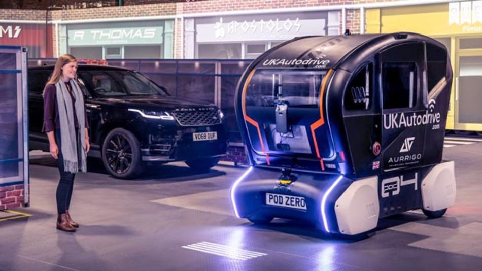 Jaguar Land Rover entwickelt neue Technologien, mit denen autonome Fahrzeuge Fußgängern ihre nächste Aktion via digitale Balken kommunizieren.