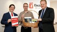 Geschäftsführer Philip Kennedy (r.) und Referent Robert Schmidt (l.) von Ei Electronics überreichten der zehntausendsten Fachkraft für Rauchwarnmelder Michael Rempe einen Präsentkorb mit irischen Spezialitäten.