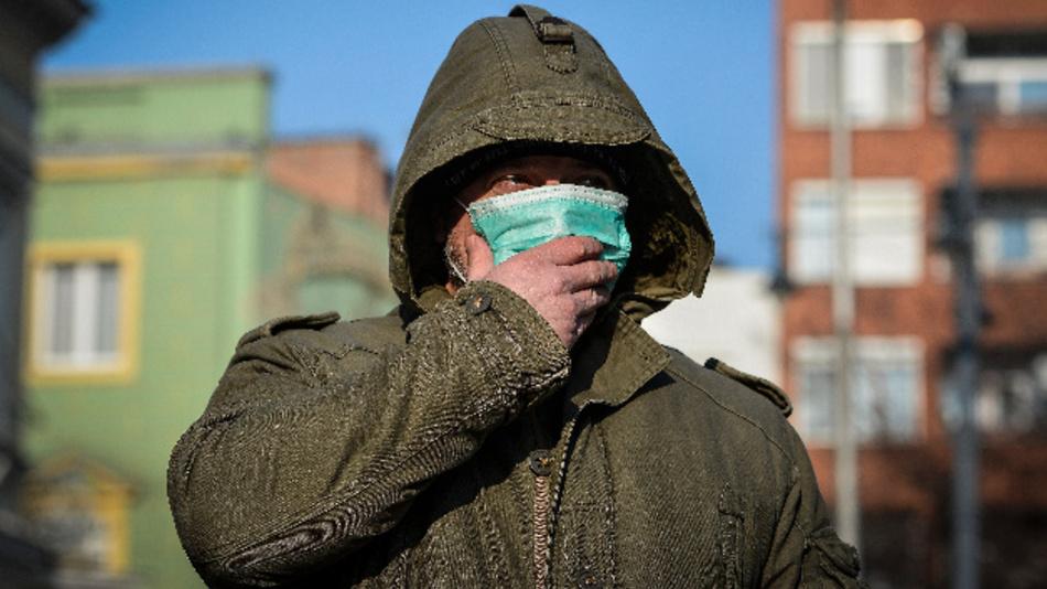 Ein Mann trägt eine Atemschutzmaske.