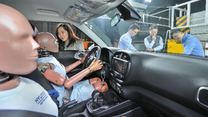 Crash-Test-Dummies vor einem Crashtest bei Hyundai