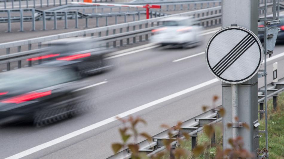 Autos fahren auf der Autobahn A81 bei Herrenberg auf einem Abschnitt ohne Geschwindigkeitsbegrenzung.