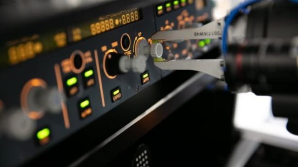 """Lufthansa Technik repariert nicht nur Flugzeuge, sondern entwickelt auch: So ist """"RoCCET"""" der weltweit erste Roboter für vollautomatisierte Tests von Cockpit-Bedieneinheiten."""