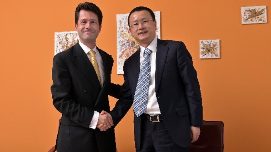 Leoni und die Hengtong Gruppe beabsichtigen, in Jena gemeinsam Singlemode-Fasern für Telekommunikations- und Datennetze für den europäischen Markt zu fertigen – zu diesem Zweck unterzeichneten Bruno Fankhauser, Vorstandsmitglied bei Leoni und verantwortlich für den Bereich Wire & Cable Solutions (links), und Jianlin Qian, Executive President der Hentong Group, einen Joint-Venture-Vertrag, der die Schaffung von neuen Arbeitsplätzen vorsieht.