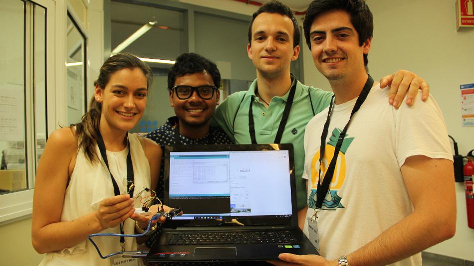 Tushar Sharma (2.v.l.) ist der Gründer des YPIS-Programms. Hier sieht man ihn mit drei Teilnehmern.