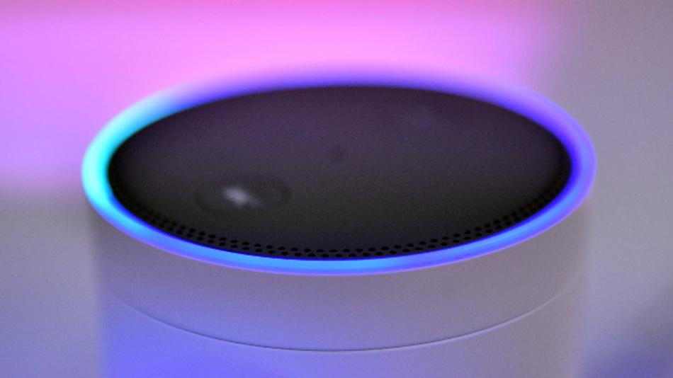 Der Lautsprecher Amazon Echo – mit Alexa Voice Service.