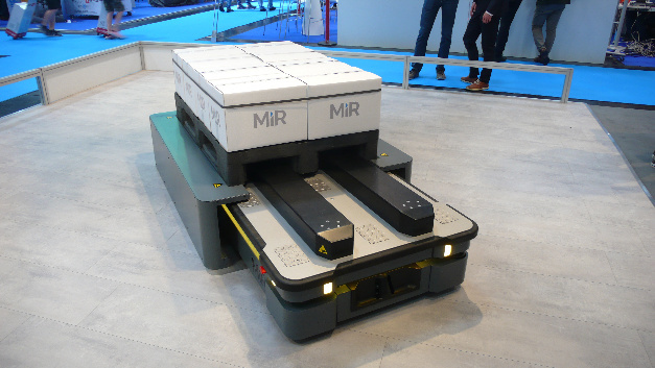 Der im Sommer 2018 eingeführte mobile Transportroboter MiR500 hat eine Traglast von 500 kg. Hier ist er auf der Messe Automatica 2018 zu sehen.