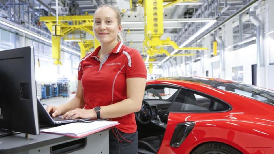 Von wegen Jobkiller Elektromobilität: Der Elektrosportwagen Porsche Taycan gilt als Job-Motor. So konnte das Unternehmen 2018 erstmals mehr als 30.000 Mitarbeiter verzeichnen. Doppeltes Plus: Der Frauenanteil steigt kontinuierlich.