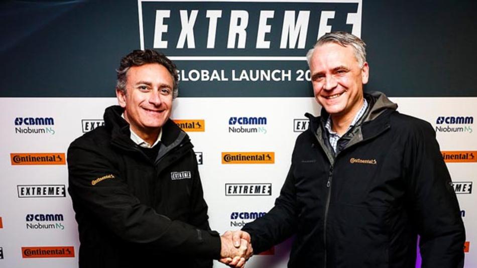 Handshake für eine erfolgreiche Partnerschaft in der neuen Elektrorennserie Extreme E: Formel-E-Gründer und CEO Alejandro Agag (links) und Continental-Vorstand Nikolai Setzer.