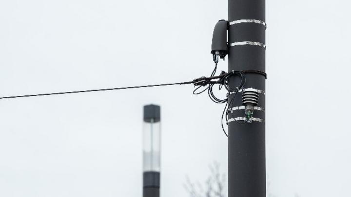 An einem Laternenmast hängt ein Sensor des Smart-Lighting-Projekts der Stadt Darmstadt.