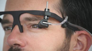 Mithilfe eines kleinen Ballons, der an einem Brillengestell befestigt ist, wird der Augeninnendruck künstlich erhöht