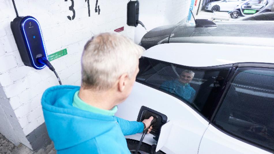 Die innogy eBox wird in einem Parkhaus an ein Elektroauto angesteckt.
