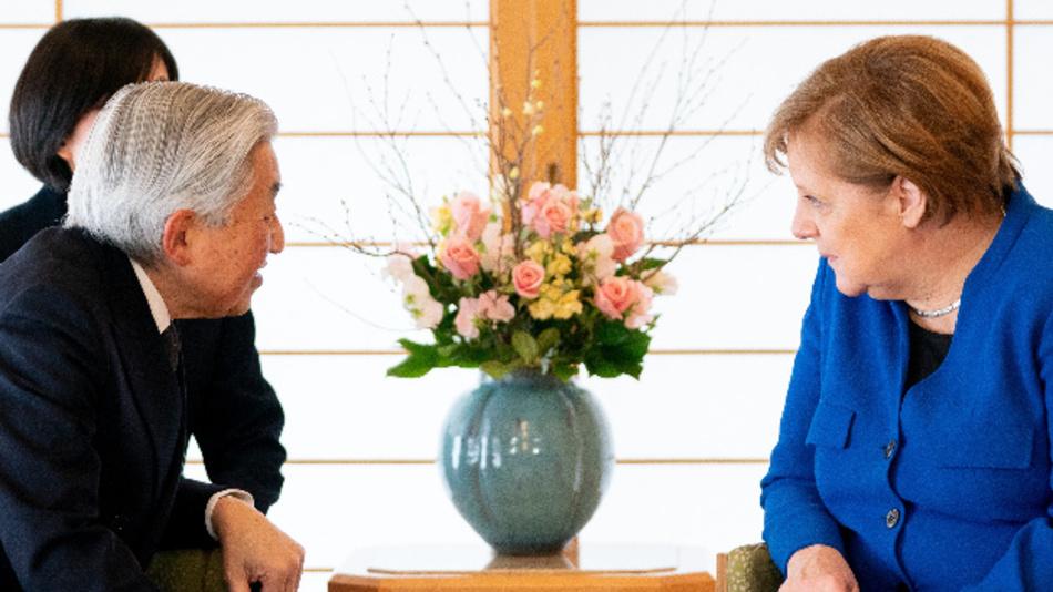 Bundeskanzlerin Angela Merkel (CDU) wird vom japanischen Kaiser Akihito in der Residenz des Palastes empfangen.
