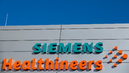 Logos und Schriftzüge am neuen Hauptquartier des Medizintechnikkonzerns in Erlangen.