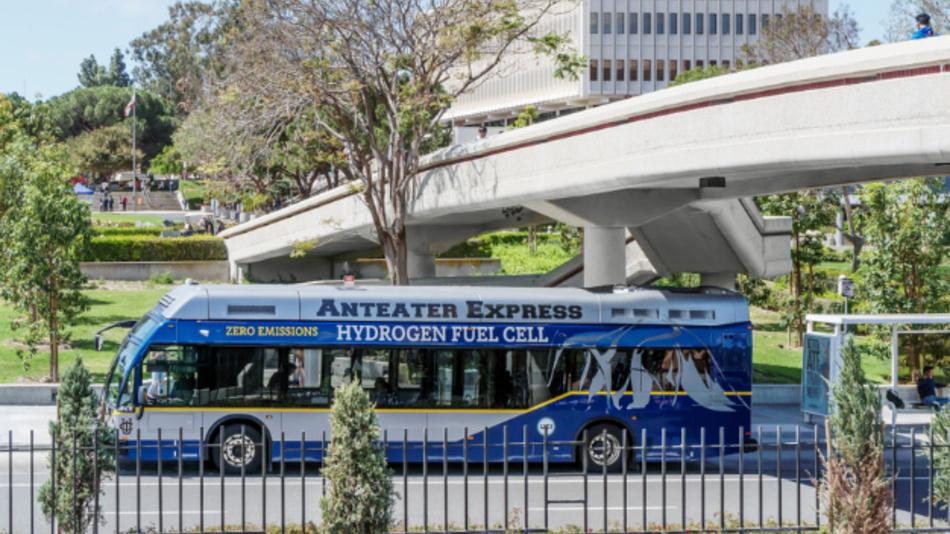 """Ein mit Wasserstoff betriebener Bus des »Irvine Anteater Express"""" hält an der University of California in Irvine."""