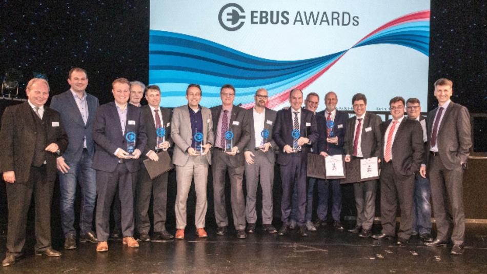 """Sieg für die Elektroportalachse AxTrax AVE: Dr. Andreas Grossl (5. v.l.), Leiter des Bereiches Achs- und Getriebesysteme für Busse bei ZF, nimmt die Auszeichnung in der Kategorie """"Antriebe für Batteriebusse"""" am 4. Februar in Berlin entgegen."""