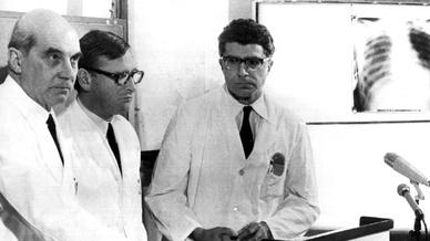 Die Münchner Chirurgen Professor Dr. Rudolf Zenker (l), Werner Rudolph (m) und Werner Klinner (r) bestätigen die erste Herztransplantation, die in der Bundesrepublik durchgeführt wurde.