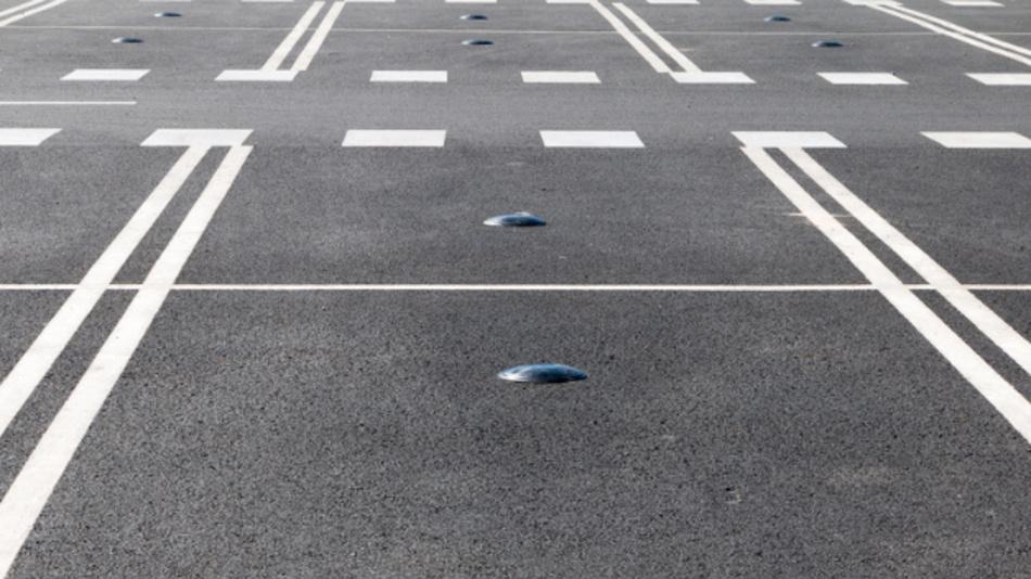 Parksensoren zur Erkennung von freien und belegten Parkflächen.