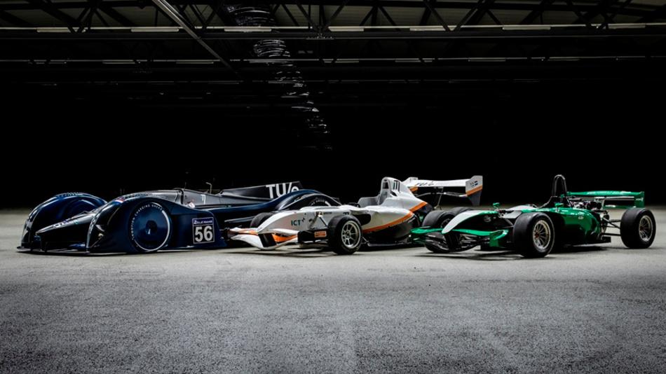 Die drei Rennwagen der jungen Entwickler in einer Reihe. Ganz rechts  der erste Rennwagen Ignition, mittig der Fusion und ganz links der Vision.