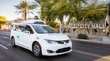 Waymo's autonom fahrender Chrysler Pacifica Hybrid Minivan auf öffentlichen Straßen.