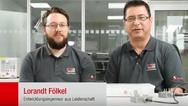 Lorandt Fölkel (r.) zeigt mit seinem Kollegen Frank, worauf es beim Filter-Aufbau ankommt.