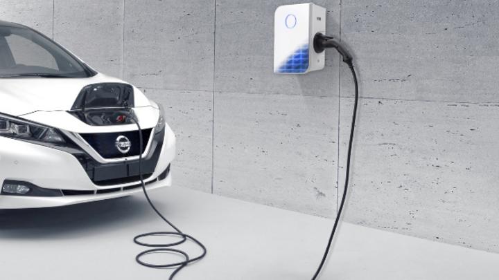 Nissan und E.on bieten ab sofort die Stromtankstelle für zu Hause an.
