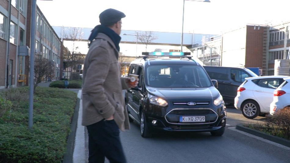 Ford testet Lichtsignale an autonomen Fahrzeugen für die Kommunikation mit Fußgängern.