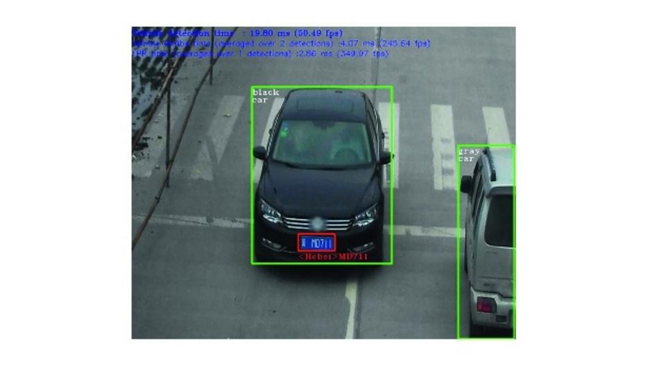 Bild 3: Die Beispielanwendung für Sicherheitsbarrierenkameras von Intel zeigt die Verwendung einer Inferenz-Pipeline zur Identifizierung eines Fahrzeugs (grüne Bounding-Box), Ermittlung von Fahrzeugeigenschaften wie Farbe, Typ und Ort des Kennzeichens (roter Kasten) und schließlich Ermittlung der Zeichen auf dem Kennzeichen (roter Text).