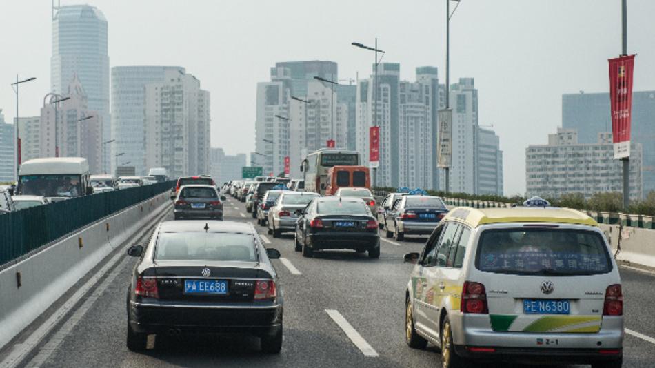 Ein VW Passat und ein VW Touran fahren auf einer Straße in Shanghai. Die deutschen Autobauer haben sich im vergangenen Jahr gegen den Abwärtstrend auf dem chinesischen Markt gestemmt.