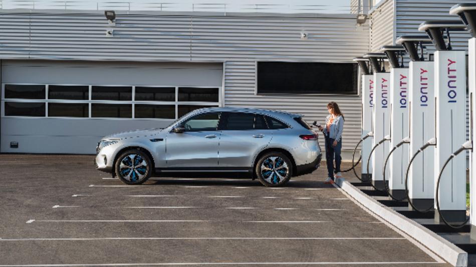 Der Mercedes Benz EQC vor Ladesäulen von Ionity.