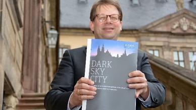 Fuldas Oberbürgermeister Heiko Wingenfeld zeigt die Bewerbung zur Dark-Sky-Community