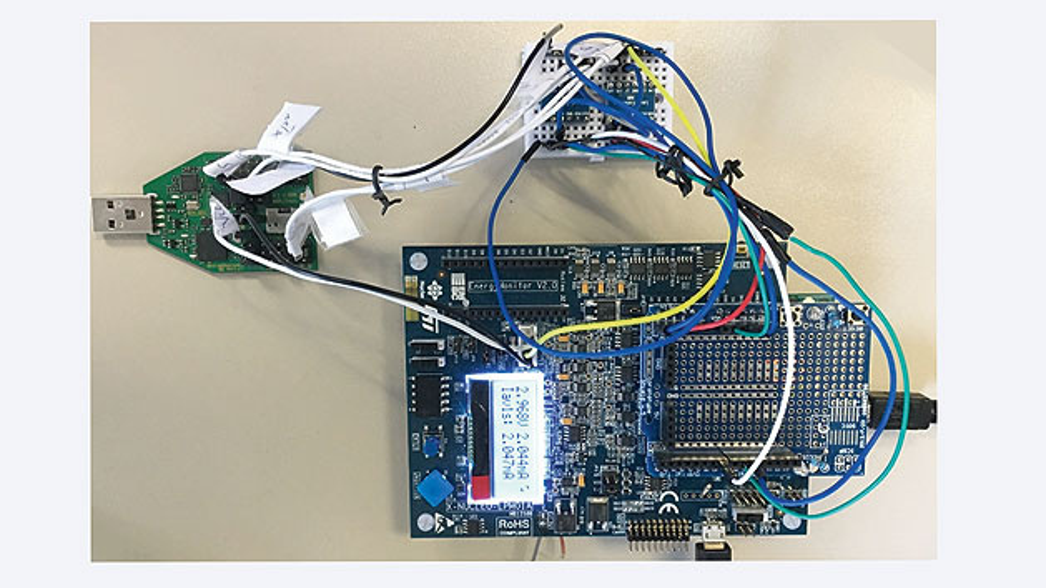 Bild 3. Aufbau für die EEMBC-Testumgebung mit den Verbindungen des Toshiba-Moduls (DUT, unten) zum Energie-Monitor (X-Nucleo von STMicroelectronics).