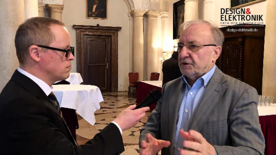 DESIGN&ELEKTRONIK-Redakteur Ralf Higgelke im Gespräch mit Prof. Dr. Leo Lorenz (rechts), dem Konferenzvorsitzenden der PCIM Europe.