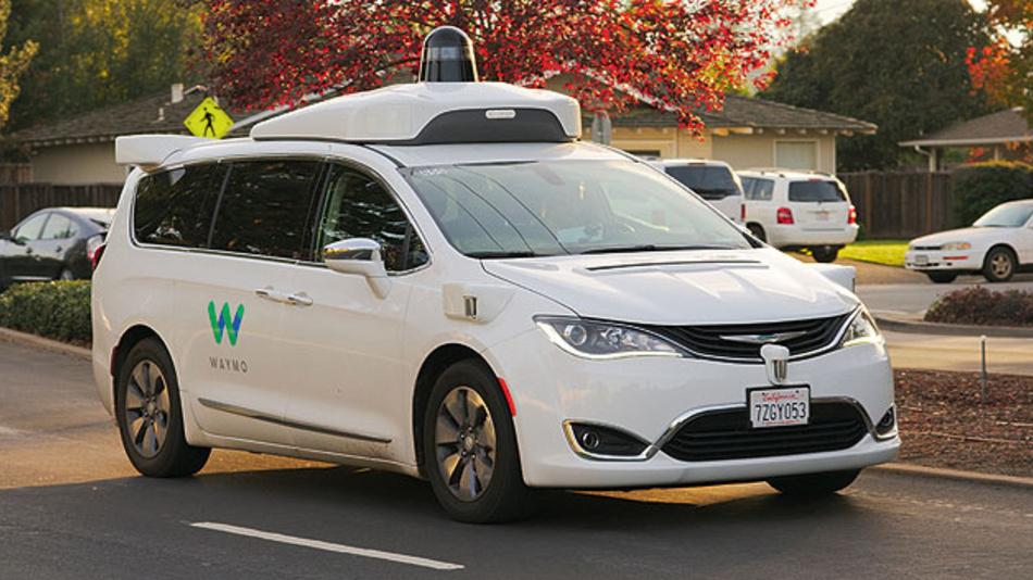 Bild 1. Auf dem Weg zum autonomen Fahren, wie mit dem Waymo-Fahrzeug, sind Systems-on-Chip notwendig, die in Echtzeit riesige Mengen an Sensordaten verarbeiten können.