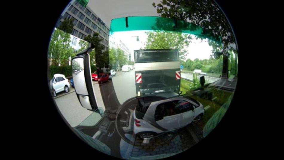 Simulierter Blick aus dem Fahrerhaus eines Lkw: Überlagerung von Kameraaufnahme aus Fahrerperspektive und realer Sicht. Es handelt sich bei der Aufnahme um das linke Bild einer 180-Grad-Stereobildaufnahme.