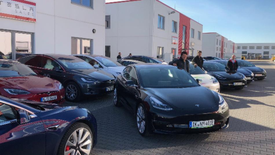 Auslieferung in Berlin: Mitarbeiter von nextmove nehmen die ersten Tesla Model 3 entgegen.
