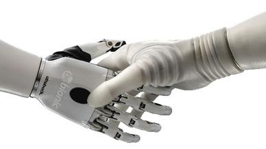Handschlag mit Prothese (Symbolbild)