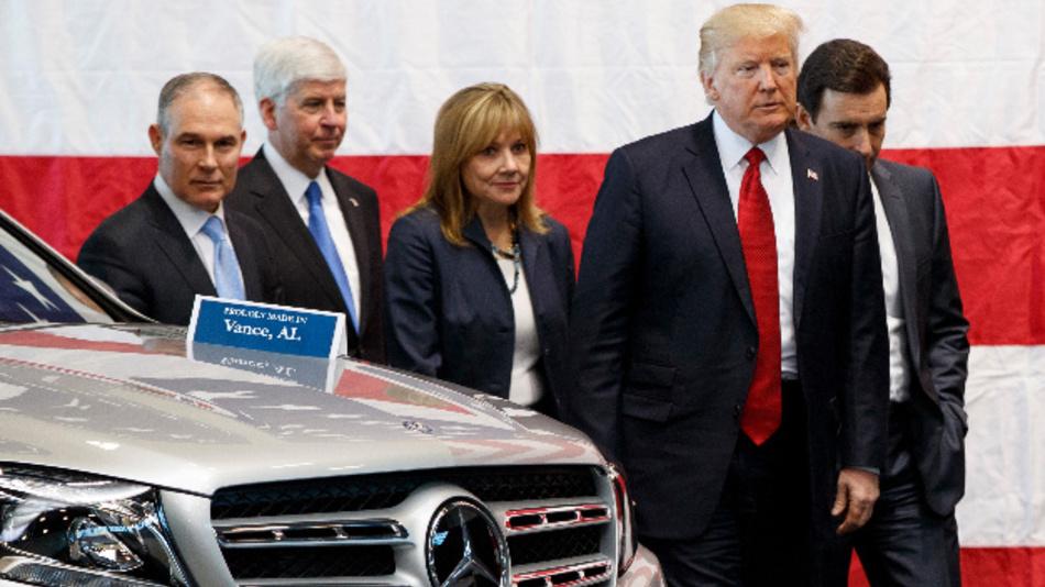 US-Präsident Donald Trump (2.v.r.) bei einem Besuch im American Center of Mobility.