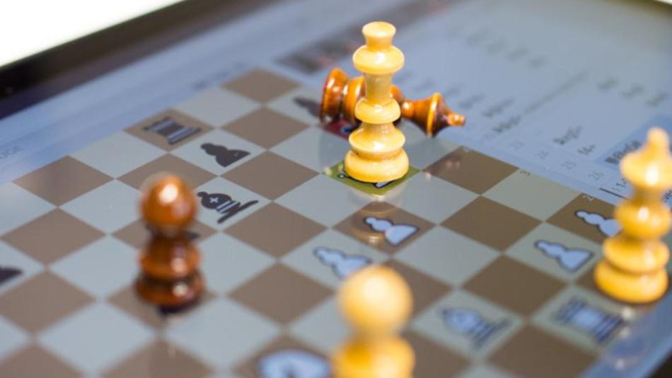 Studierende der TU Darmstadt haben mit ihrem Schachbot einen Champion besiegt.