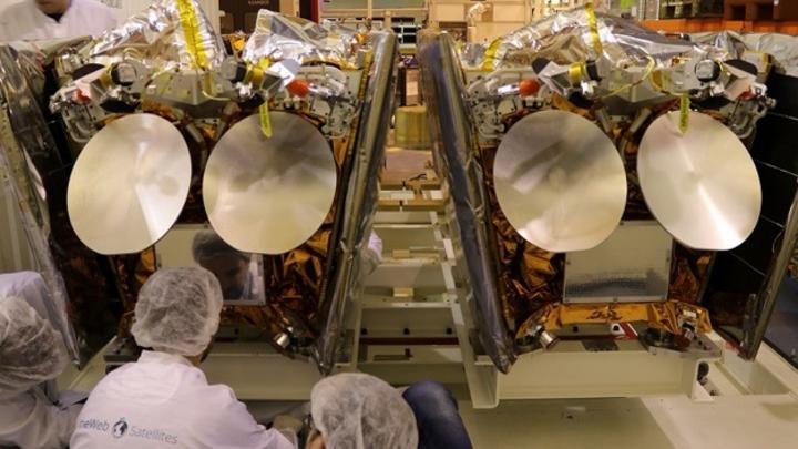 Zwei OneWeb-Satelliten, die auf der Plattform des Fracht-Containers montiert sind.