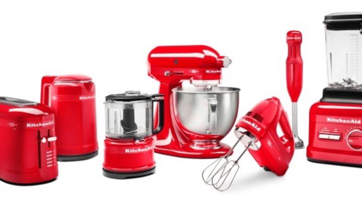 """Zur neuen """"Queen of Hearts""""-Kollektion von Kitchenaid gehören, neben der Küchenmaschine, ein Hochleistungsblender, ein Handrührer, ein Stabmixer, ein Zerkleinerer sowie ein Wasserkocher und ein Toaster."""