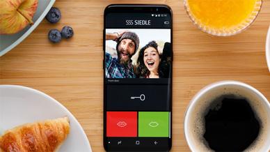 Bei eingehendem Türruf zeigt das Live-Bild der Siedle App genau, wer vor der Tür steht.