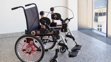 Ein ergonomischer Kurbelantrieb soll künftig das Rollstuhlfahren erleichtern.