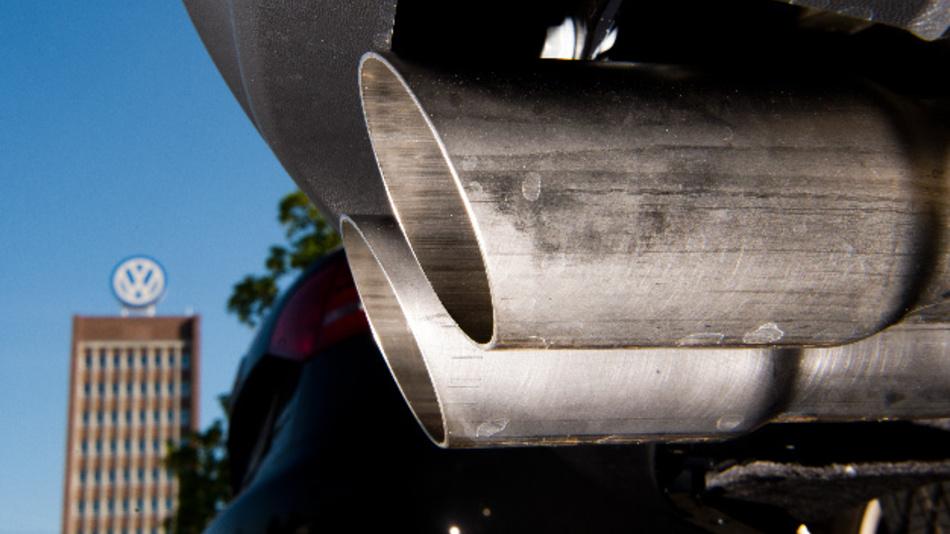 Abgasanlage eines Volkswagen auf einem Mitarbeiterparkplatz vor dem Verwaltungshochhaus des VW-Werks.