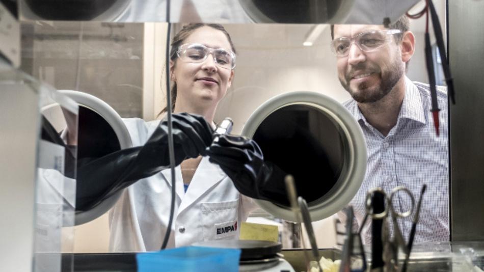 Das Fraunhofer-Institut für Silicatforschung ISC und Empa arbeiten gemeinsam an künftigen Festkörperbatterien – hier in einer Glove-Box.