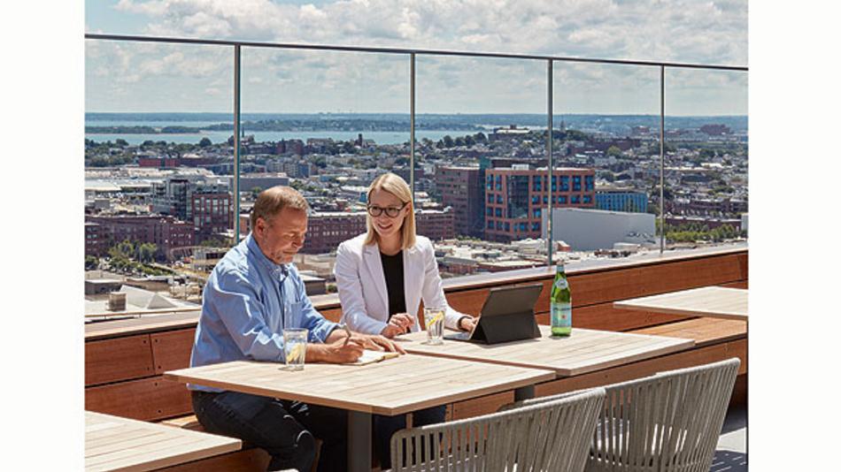 Bild 1. Neben Büros und Besprechungsräumen stehen der Analog Garage auch zahlreiche offene Bereiche, wie die Dachterrasse in der Firmenzentrale in Boston, zur Kommunikation mit den Kollegen zur Verfügung.