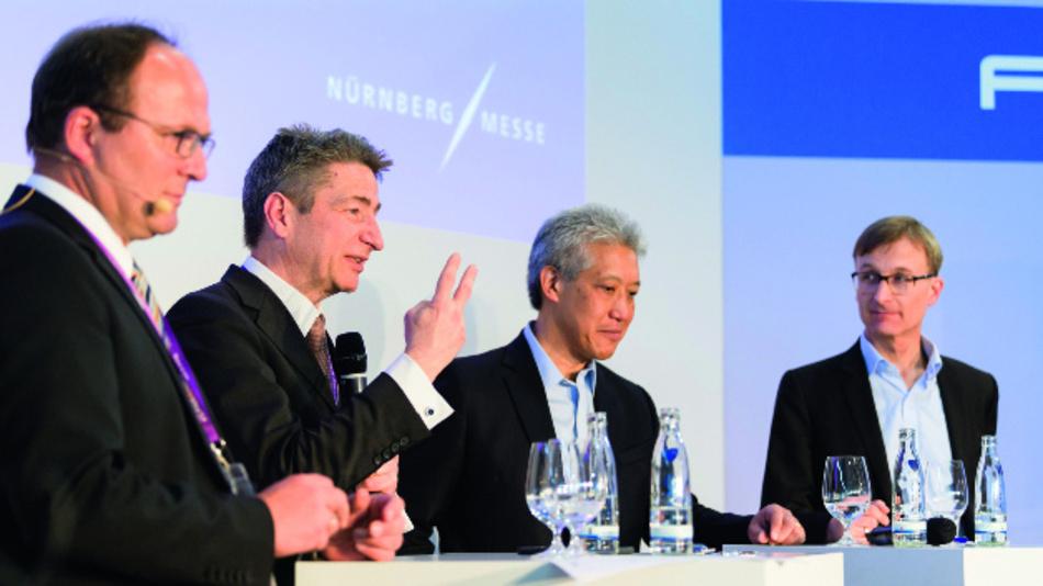 Rechtswissenschaftler Prof. Dr. Forgó (2.v.l.)diskutiert mit MathWorks Fellow Jim Tung (Mitte) und KIT-Professor Michael Beigl (rechts).