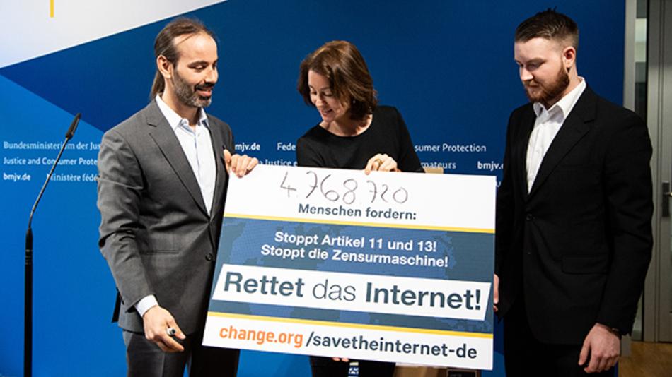 Katarina Barley (M, SPD), Bundesjustizministerin, steht anlässlich der Übergabe von rund 4,7 Millionen Unterschriften der Change.org-Kampagne »Rettet das Internet« mit den Aktivisten Pascal Fouquet (l) und Dominic Kis zusammen.