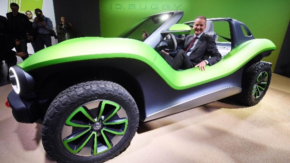 Herbert Diess, Vorstandsvorsitzender von Volkswagen (VW), sitzt beim VW Konzernabend im Vorfeld des Genfer Autosalon in einem VW ID. Buggy Showcar, das dort präsentiert wurde.