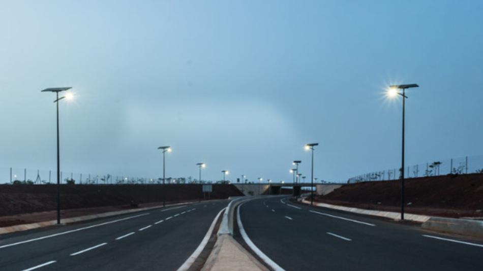Autonome Straßenlaternen von Fonroche, die sich nur über Sonnenenergie versorgen. Dazu hat Fonroche eine spezielle Batterie entwickelt, die Laternen arbeiten unabhängig vom Netz.
