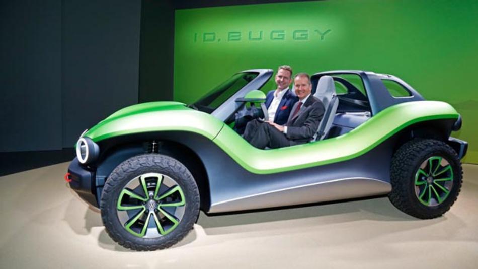 Volkswagen öffnet E-Baukasten für Drittanbieter. Erster Partner ist e.GO Mobile. Prof. Dr. Günther Schuh, CEO e.GO Mobile (links) und Dr. Herbert Diess, Vorstandsvorsitzender Volkswagen, im Volkswagen ID. Buggy freuen sich auf die Kooperation.